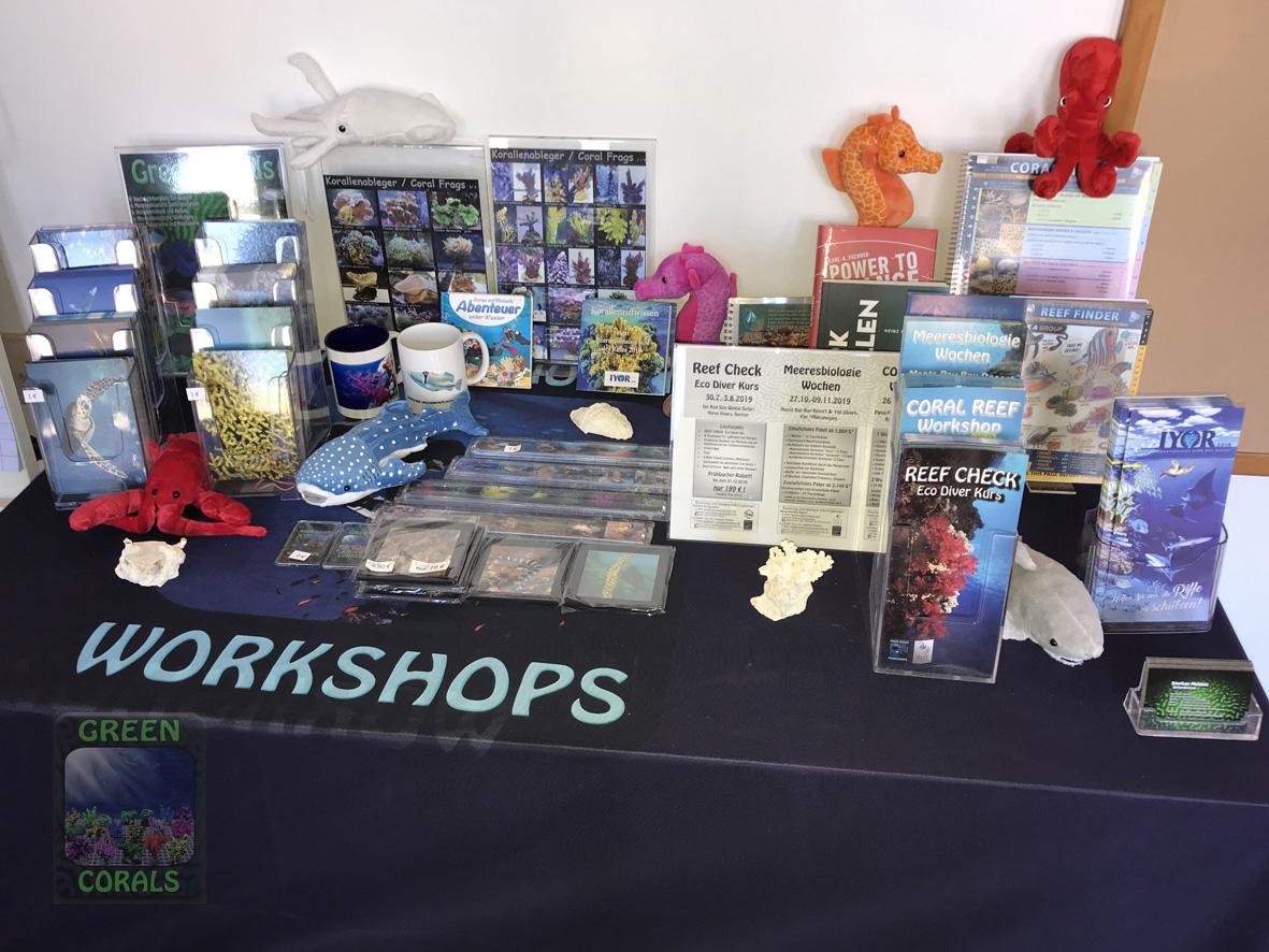 Unser Meeres-Tisch mit GREEN CORALS Fotoartikeln, Flyer und Meeresliteratur